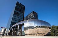 Europa, Deutschland, Nordrhein-Westfalen, Duesseldorf, die Pebbles Bar des Hyatt Regency Hotels im Medienhafen, JSK Architekten.<br /> <br /> Europe, Germany, North Rhine-Westphalia, Duesseldorf, the Pebbles Bar of the Hyatt Regency hotel at the harbor Medienhafen, JSK architects.