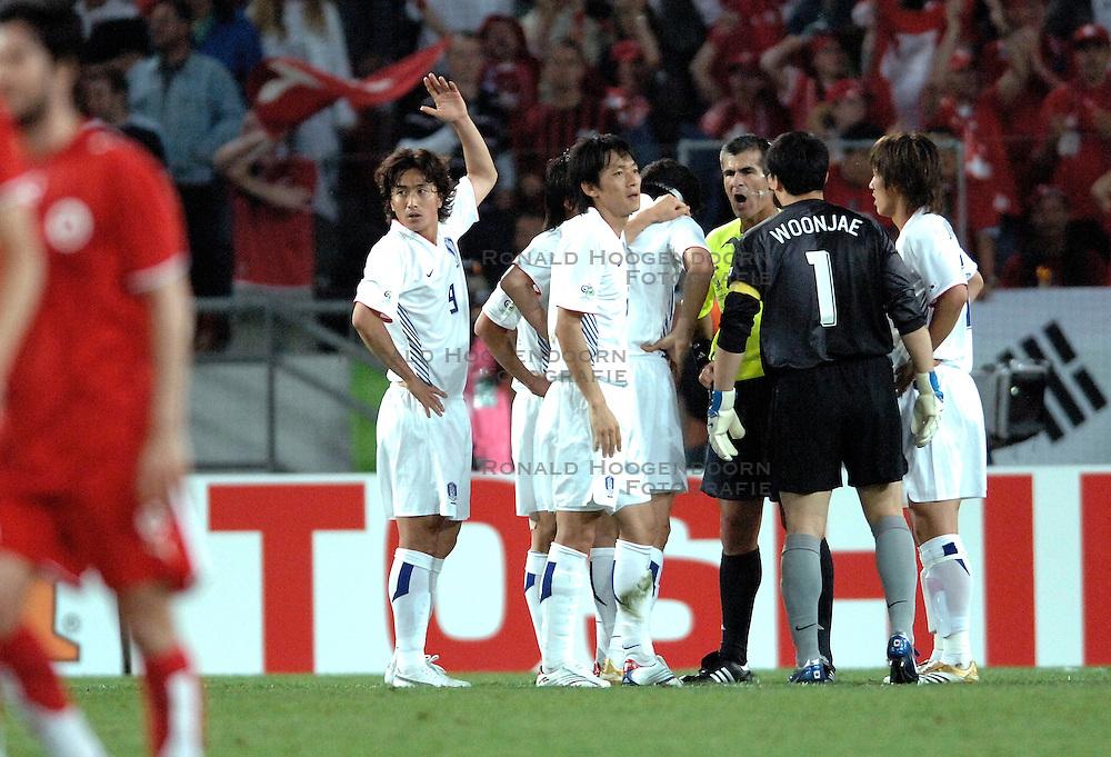 23-06-2006 VOETBAL: FIFA WORLD CUP: ZWITSERLAND - ZUID KOREA: HANNOVER <br /> Korea wordt met 2-0 verslagen door Zwitserland en is uitgeschakeld / AHN Jung Hwan <br /> ©2006-WWW.FOTOHOOGENDOORN.NL