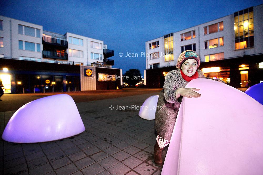 """Nederland, Almere , 1 november 2012..Froukje van Aalst, bewoonster van het van Eesterenplein in Almere Buiten omhelst het kunstwerk """"Marbles"""" van kunstenaar Daan Roosegaarde..Foto:Jean-Pierre Jans"""
