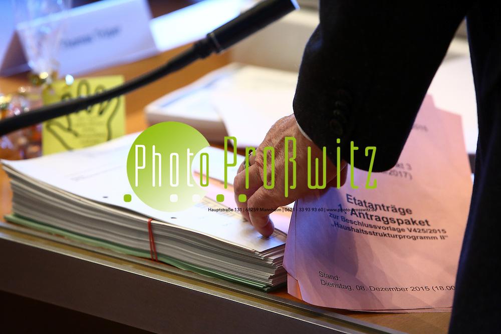 Mannheim. 14.12.15 Stadthaus N1. Stadtratssaal. Etatberatungen.<br /> Bei den Etatberatungen wird nicht &uuml;ber die geplante Sex-Steuer diskutiert. Das hat der K&auml;mmerer Christian Specht unmittelbar vor dem Auftakt im Gemeinderat mitgeteilt. Im &Auml;ltestenrat vor den Haushaltsberatungen habe man sich darauf geeinigt, die Besteuerung von sexuellen Dienstleistungen von der Tagesordnung zu nehmen und im kommenden Jahr nochmals fachlich zu diskutieren.<br /> - Feature<br /> Bild: Markus Prosswitz 14DEC15 / masterpress (Bild ist honorarpflichtig - No Model Release!)