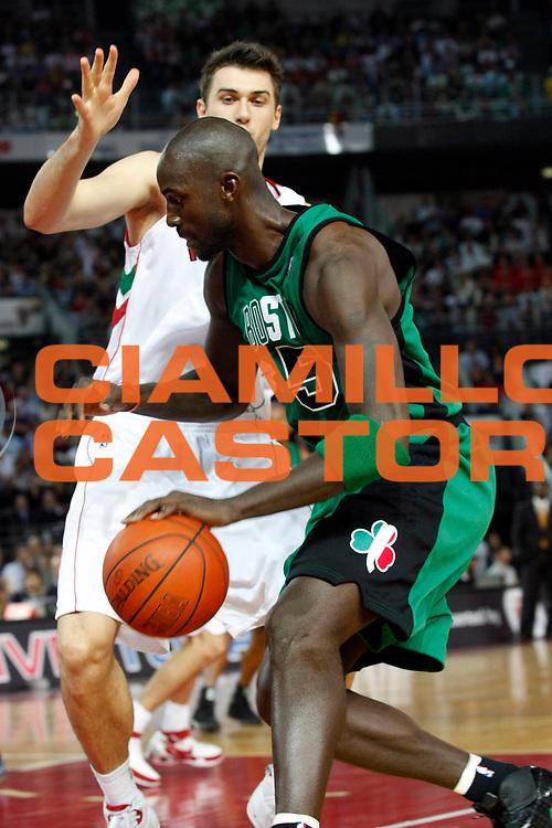 DESCRIZIONE : Roma Nba Europe Live Tour 2007 Toronto Raptors Boston Celtics <br /> GIOCATORE : Kevin Garnett<br /> SQUADRA : Boston Celtics<br /> EVENTO : Nba Europe LIve Tour 2007<br /> GARA : Toronto Raptors Boston Celtics<br /> DATA : 06/10/2007<br /> CATEGORIA : Palleggio<br /> SPORT : Pallacanestro<br /> AUTORE : Agenzia Ciamillo-Castoria/G.Cottini