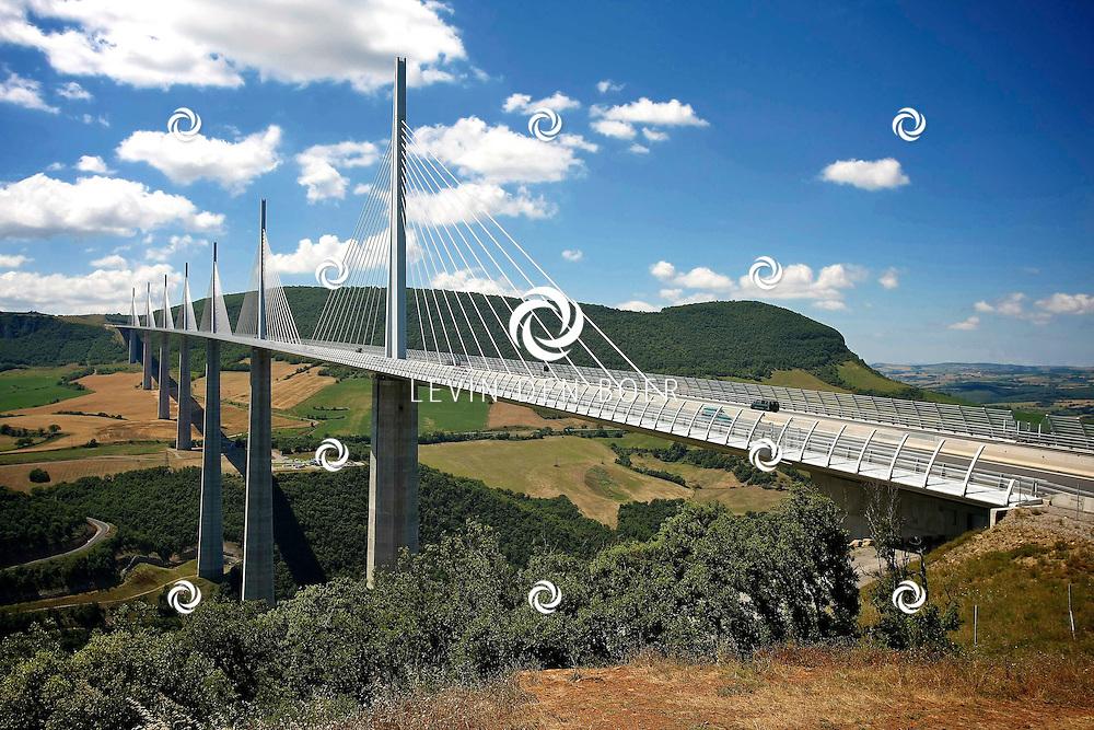 MILLAU/CREISSELS - De Brug van Millau (Frans: Viaduc de Millau) is een meervoudige tuiconstructie over de rivier de Tarn, in de gemeentes Millau en Creissels in het departement Aveyron te Frankrijk. De brug, op 14 december 2004 geopend door toenmalig president Jacques Chirac, is de hoogste brug ter wereld: een van de pijlers is 343 meter hoog, iets hoger dan de Eiffeltoren. De maximale hoogte van het brugdek wordt slechts door de Royal Gorge Bridge (321 meter - Colorado, Verenigde Staten) overtroffen.<br /> De brug draagt de autosnelweg A75/E11 (La Meridienne). De weg verbindt Clermont-Ferrand in het noorden met Béziers en Montpellier in het zuiden. Voordat de brug er was, moest al het verkeer van Parijs naar Perpignan door Millau, of een omweg nemen naar het oosten via Lyon, 912 of 850 km (autosnelwegen A6 en A7) of naar het westen via de A20 Toulouse-Brive-Limoges-Vierzon, 800 km. FOTO LEVIN DEN BOER - PERSFOTO.NU