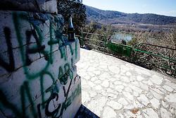 Monticchio Laghi (PZ) 12.03.2011 - Il degrado dei laghi di Monticchio (PZ). La statua di San Giovanni Gualberto, nei pressi dell'Abbazia di San Michele, è da anni vittima del degrado e dell'abbandono.