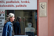 Ein Passant vor der Hrabal Gedenktafel in der Spalena Strasse wo sich einst die Prager Altpapier-Sammelstelle befand, in der er in den 50er Jahren<br /> mehrere Jahre arbeitete. Sie ist Literatur geworden in Hrabal&acute;s Meisterwerk &raquo;Allzu laute Einsamkeit&laquo;.