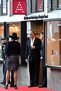 Koning Willem-Alexander en koningin Maxima tijdens de opening van de tentoonstelling Mapping Australia in het Aboriginal Art Museum (AAMU) in Utrecht. Het koningspaar bezoekt de tentoonstelling in aanloop naar de staatsbezoeken aan Australie en Nieuw-Zeeland. <br /> <br /> King Willem-Alexander and Queen Maxima at the opening of the exhibition Mapping Australia in the Aboriginal Art Museum (AAMU) in Utrecht. The royal couple will visit the exhibition in preparation for the state visit to Australia and New Zealand.<br /> <br /> Op de foto / On the photo:  Vertrek Koning Willem-Alexander en koningin Maxima  ////  King Willem-Alexander and Queen Maxima leave