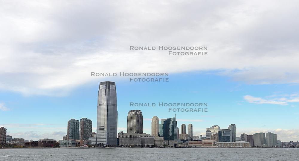 01-01-2013 ALGEMEEN: BVDGF NY MARATHON: NEW YORK <br /> Opweg naar de south Ferry's voor een bezoek aan Ellis Island en Liberty Island is een klein onbewoond eiland in de Haven van New York en New Jersey gelegen in de monding van de Hudson River. Op het eiland staat het wereldberoemde Vrijheidsbeeld / NY item around <br /> ©2013-WWW.FOTOHOOGENDOORN.NL