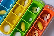 Nederland, Nijmegen, 7-12-2015Ppillendoosje met zeven vakjes met medicijnen voor de dagen van de week van een patient met een auto immuunziekte, vasculitis. Een van de medicijnen is methotrexaat, een kankermedicijn dat in lage dosering ook bij deze aandoening helpt de ontsteking te onderdrukken. Vaatziekte, aderen, ontsteking, bloedvatenFoto: Flip Franssen/Hollandse Hoogte