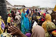 Sophia Abdi Noor på valgkampagne i landsbyen Gababa som ligger nord for Tana River, som har været plaget af dødelige sammenstød mellem pastoralister -som ofte er somaliske kenyanere og jorddyrkere langs med foden bred. Sammenstødende har handlet om adgang til vandressurserne og græsning af pastoralisternes får og kvæg på den frugtbare jord.