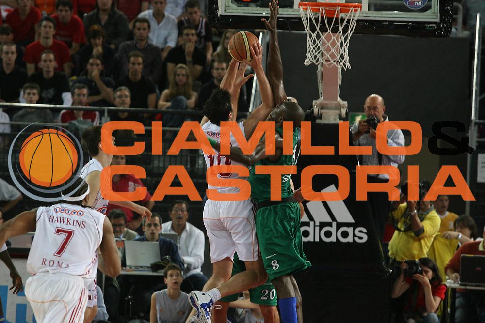 DESCRIZIONE : Roma Lega A1 2006-07 Playoff Semifinale Gara 2 Lottomatica Virtus Roma Montepaschi Siena <br /> GIOCATORE : Bodiroga Eze <br /> SQUADRA : Montepaschi Siena <br /> EVENTO : Campionato Lega A1 2006-2007 Playoff Semifinale Gara 2 <br /> GARA : Lottomatica Virtus Roma Montepaschi Siena <br /> DATA : 02/06/2007 <br /> CATEGORIA : Stoppata <br /> SPORT : Pallacanestro <br /> AUTORE : Agenzia Ciamillo-Castoria/G.Ciamillo