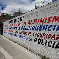 TOLUCA, México.- Vecinos de la colonia San Buenaventura, pintaron bardas en la avenida Alpinismo en donde se informa que se cuenta con una alarma vecinal en contra de la delincuencia, ya que son muy comunes los asaltos en esta zona, y advierten que se mantiene vigilado el lugar. Agencia MVT / Crisanta Espinosa. (DIGITAL)
