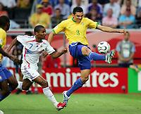 v.l. Florent Malouda, Lucio Brasilien<br /> Fussball WM 2006 Viertelfinale Brasilien - Frankreich<br />  Brasil - Frankrike <br /> Norway only