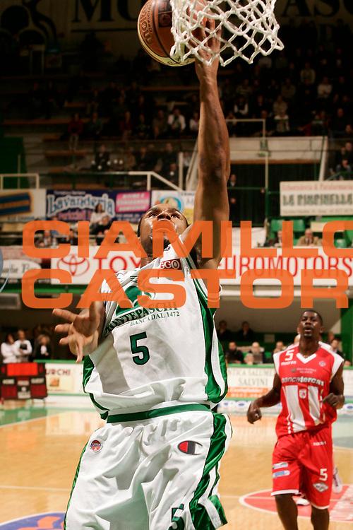 DESCRIZIONE : Siena Lega A1 2008-09 Montepaschi Siena Bancatercas Teramo<br /> GIOCATORE : Terrell Mc Intyre<br /> SQUADRA : Montepaschi Siena<br /> EVENTO : Campionato Lega A1 2008-2009 <br /> GARA : Montepaschi Siena Bancatercas Teramo<br /> DATA : 08/02/2009 <br /> CATEGORIA : tiro<br /> SPORT : Pallacanestro <br /> AUTORE : Agenzia Ciamillo-Castoria/P.Lazzeroni