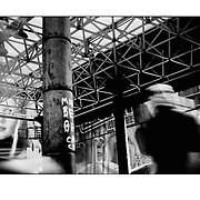 """Autor de la Obra: Aaron Sosa<br /> Título: """"Serie: Venezuela Cotidiana""""<br /> Lugar: Sabana Grande, Caracas - Venezuela<br /> Año de Creación: 2003<br /> Técnica: Captura digital en RAW impresa en papel 100% algodón Ilford Galeríe Prestige Silk 310gsm<br /> Medidas de la fotografía: 33,3 x 22,3 cms<br /> Medidas del soporte: 45 x 35 cms<br /> Observaciones: Cada obra esta debidamente firmada e identificada con """"grafito – material libre de acidez"""" en la parte posterior. Tanto en la fotografía como en el soporte. La fotografía se fijó al cartón con esquineros libres de ácido para así evitar usar algún pegamento contaminante.<br /> <br /> Precio: Consultar<br /> Envios a nivel nacional  e internacional."""