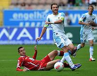 Fussball 2. Bundesliga:  Saison   2012/2013,    3. Spieltag  1. FC Kaiserslautern - TSV 1860 Muenchen   26.08.2012 Ariel Borysiuk (li, 1. FC Kaiserslautern) gegen Benjamin Lauth (1860 Muenchen)