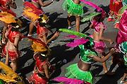 Bunt verkleidete, hübsche Frauen tanzen. Karneval. Mindelo. Kapverden. Afrika.