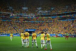 Neymar Júnior comemora com colegas na partida entre Brasil x Camarões, válida pela fase de grupos da Copa do Mundo 2014, no Estádio Maé Garrincha, em Brasíia. FOTO: Jefferson Bernardes/ Agência Preview