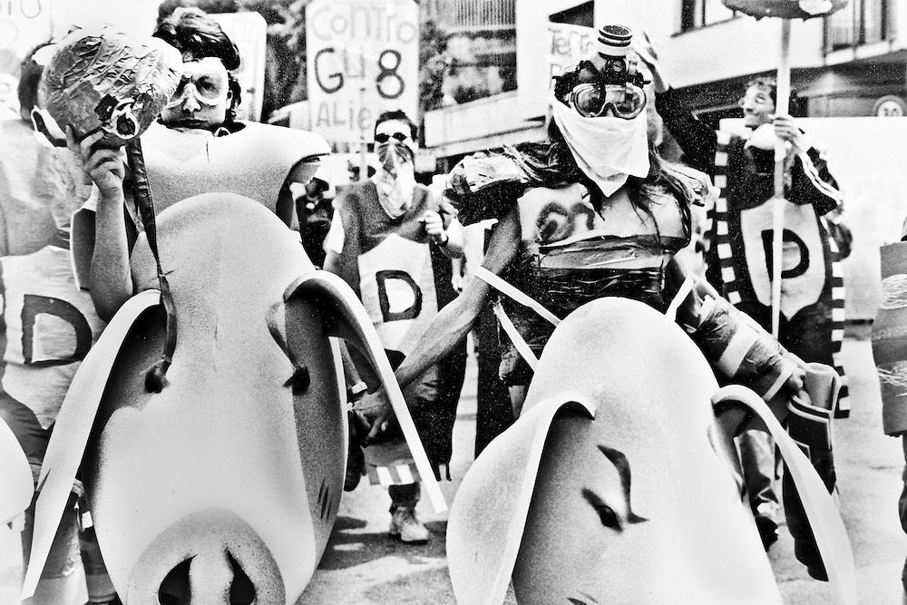Genova, venerdì 20 luglio 2001. Giornata delle piazze tematiche. Corteo della disobbedienza civile. Manifestanti con grosse teste di maiale in gommapiuma.