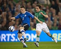 Fussball International, Nationalmannschaft   EURO 2012 Play Off, Qualifikation, Irland - Estland 15.11.2011 Dmitri KRUGLOV (EST links) gegen Stephen HUNT (iRL)