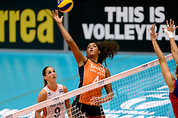 08-08-2014 NED: FIVB Grand Prix Nederland - Puerto Rico, Doetinchem<br /> Celeste Plak in actie en Myrthe Schoot kijkt toe