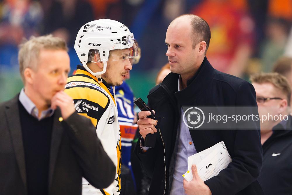 150423 Ishockey, SM-Final, V&auml;xj&ouml; - Skellefte&aring;<br /> Mattias Ek, Expressen intervjuar Martin Sevc, Skellefte&aring; AIK. P&aring; bild &auml;ven Tr&auml;nare Hans Wallson.<br /> &copy; Daniel Malmberg/Jkpg sports photo