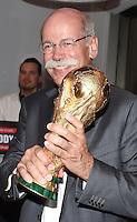 FUSSBALL WM 2014                       FINALE   Deutschland 1-0 Argentinien     13.07.2014 DFB-WM Party nach dem Finale im Hotel Sheraton Rio de Janeiro: Dr. Dieter Zetsche (Vorstandsvorsitzender der Daimler AG)mit WM Pokal