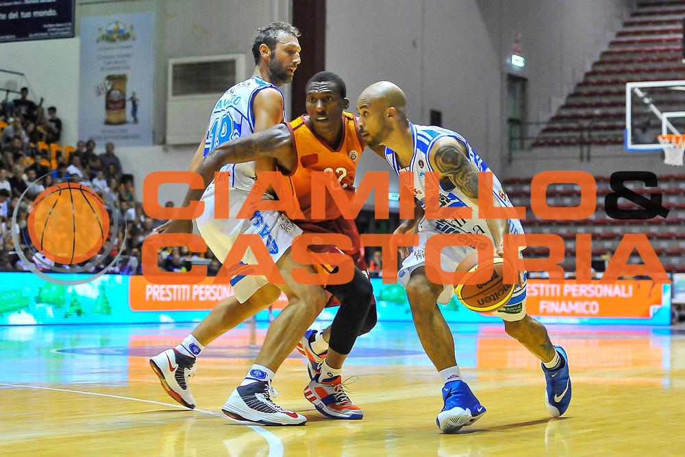 DESCRIZIONE : Torneo Citt&agrave; di Sassari &quot;Mim&igrave; Anselmi&quot; Dinamo Banco di Sardegna Sassari - Galatasaray<br /> GIOCATORE : David Logan<br /> CATEGORIA : Palleggio Penetrazione Blocco<br /> SQUADRA : Dinamo Banco di Sardegna Sassari<br /> EVENTO :  Torneo Citt&agrave; di Sassari &quot;Mim&igrave; Anselmi&quot; <br /> GARA : Dinamo Banco di Sardegna Sassari - Galatasaray<br /> DATA : 14/09/2014<br /> SPORT : Pallacanestro <br /> AUTORE : Agenzia Ciamillo-Castoria / Luigi Canu<br /> Galleria : Precampionato 2014/2015<br /> Fotonotizia : Torneo Citt&agrave; di Sassari &quot;Mim&igrave; Anselmi&quot; Dinamo Banco di Sardegna Sassari - Galatasaray<br /> Predefinita :