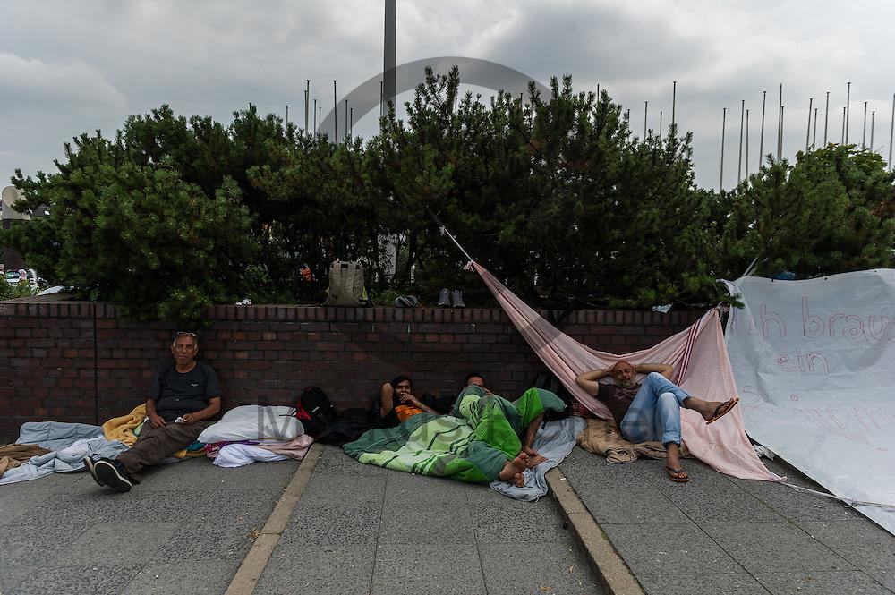 Fl&uuml;chtlinge liegen w&auml;hrend der Proteste von Fl&uuml;chtlingen am 26.07.2016 vor dem LaGeSo ICC in Berlin, Deutschland vor dem Zentrum. Die Fl&uuml;chtlinge Protestieren seit einigen Tagen vor dem LAGeSo im ICC gegen einen Umquartierung in eine andere Massenunterkunft. Hygienische Bedingungen und die Privatsph&auml;re sind in vielen Unterk&uuml;nften ein Problem. Foto: Markus Heine / heineimaging<br /> ------------------------------<br /> <br /> Ver&ouml;ffentlichung nur mit Fotografennennung, sowie gegen Honorar und Belegexemplar.<br /> <br /> Bankverbindung:<br /> IBAN: DE65660908000004437497<br /> BIC CODE: GENODE61BBB<br /> Badische Beamten Bank Karlsruhe<br /> <br /> USt-IdNr: DE291853306<br /> <br /> Please note:<br /> All rights reserved! Don't publish without copyright!<br /> <br /> Stand: 07.2016<br /> <br /> ------------------------------