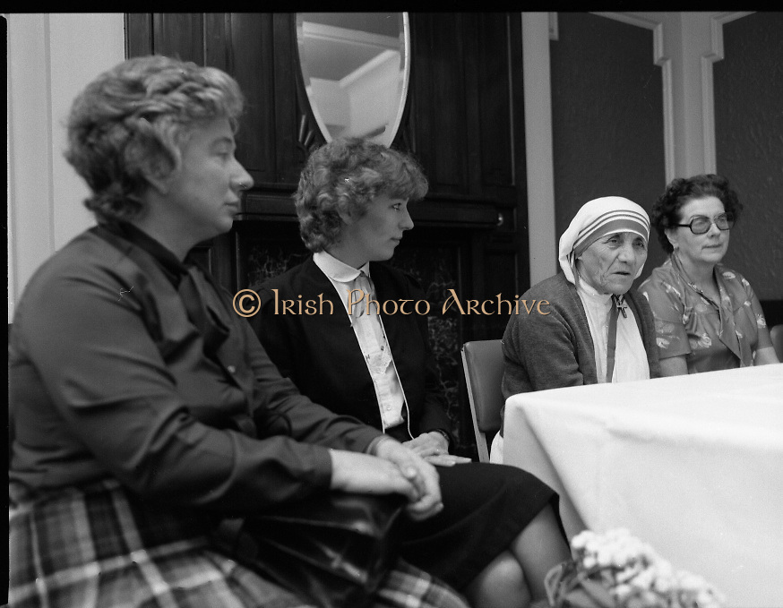 Mother Teresa of Calcutta speaks at press conference  organised by SPUC (Society for the Protection of Unborn Children)..1982-08-02.2nd August 1982.2/08/1982.08-02-82..Pictured at Wynns Hotel, Dublin..From Left:..Two SPUC officials.Mother Teresa.Menia Aitken, Development Officer for SPUC, Ireland