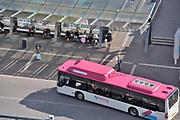Nederland, Nijmegen, 1-5-2018 Bij het busstation van de stad staan mensen te wachten en lopen naar de bus om in te stappen. Het is stadsvervoer in een stadsbus van vervoerder Breng die ook regionaal vervoer verzorgt . Foto: Flip Franssen