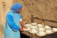 Afrique du Nord, Egypte, Louxor, Patrimoine mondial de l'UNESCO, Vallée du Nil, femme egyptienne préprant du pain // Africa, Egypt, Louxor, egyptian woan preparing traditional bread