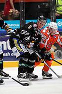 17.9.2014, Ritari Areena, Hämeenlinna.<br /> Jääkiekon SM-liiga 2014-15. Hämeenlinnan Pallokerho - Oulun Kärpät.<br /> Lasse Kukkonen (Kärpät) v Jesse Saarinen (HPK).