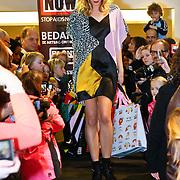 NLD/Amsterdam/20101128 - Modeshow en verkoop Artbags t.b.v het Aidsfonds in de Bijenkorf, Nicolette Kluijver op de catwalk met artbags