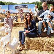 NLD/Amsterdam/20150610 -Premiere film Apenstreken, Kim Lian van der Meij en partner Daniel Gibson met kinderen Ronja en Sean William