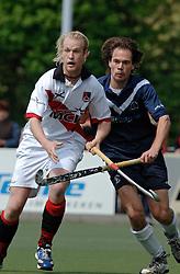 08-05-2005 HOCHEY: PINOKE-AMSTERDAM: AMSTELVEEN<br /> Amsterdam wint met 4-3 van Pinoke. Pinoke speelt door deze uitslag play out wedstrijden. - Don Prins en Martijn Morsink (r)<br /> ©2005-WWW.FOTOHOOGENDOORN.NL