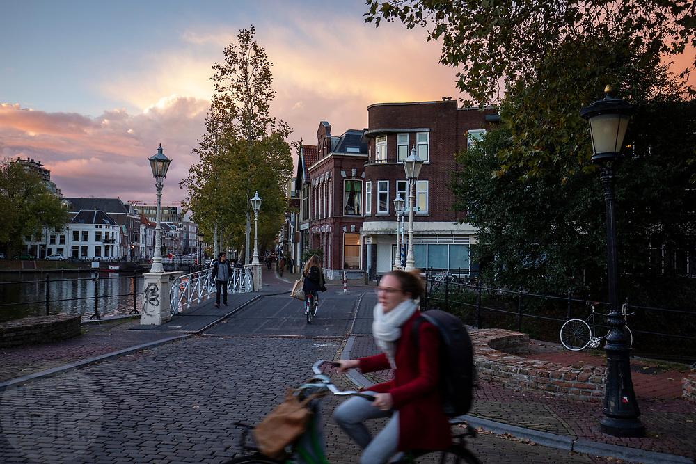 Nederland, Utrecht, 02-11-2018<br /> Fietsers in Utrecht rijden in de avondschemer door de stad.<br /> <br /> Cyclists in Utrecht at twilight.<br /> Foto: Bas de Meijer / De Beeldunie