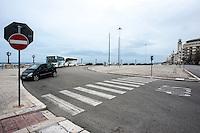 """Bari Lungomare.<br /> l lungomare di Bari fu inaugurato nel 1927. Lungo circa 15 km era stato ampliato proprio per collegare la Fiera del Levante (inaugurata nel 1930). <br /> Sul lungomare sorgono oltre agli edifici del secolo XIX e le imponenti costruzioni del regime fascista, il palazzo della Provincia e come si puo' vedere dalla foto numero 2 il famoso albergo delle Nazioni.<br /> Di fronte al Teatro Margherita vi e' """"nderr la lanze"""" molo dove i pescatori vendono il pesce e dove una volta i baresi gustavano i frutti di mare crudi. (fonte http://www.bennyweb.it )"""