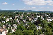 Blick auf Villenviertel, Taunus im Hintergrund, Wiesbaden, Hessen, Deutschland | view of city of villa quarter, Taunus hills in background, Wiesbaden, Hesse, Germany