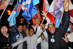 O candidato à reeleição pelo PDT em Porto Alegre, José Fortunati, vibra com a militância na saída do debate na TV COM. FOTO: Jefferson Bernardes/Preview.com