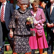 NLD/Weert/20110430 - Koninginnedag 2011 in Weert, Beatrix en zus Margriet