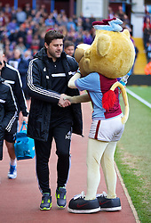 19.04.2014, Villa Park, Birmingham, ENG, Premier League, Aston Villa vs FC Southampton, 35. Runde, im Bild Southampton's manager Mauricio Pochettino shakes hands with the Aston Villa mascot // during the English Premier League 35th round match between Aston Villa and Southampton FC at the Villa Park in Birmingham, Great Britain on 2014/04/19. EXPA Pictures © 2014, PhotoCredit: EXPA/ Propagandaphoto/ David Rawcliffe<br /> <br /> *****ATTENTION - OUT of ENG, GBR*****