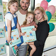 NLD/Amsterdam/20170904 - Jim Bakkum presenteert zijn kinderboek Dadoe, Jim Bakkum en partner Bettina Holwerda met zoon Lux en dochter Posy
