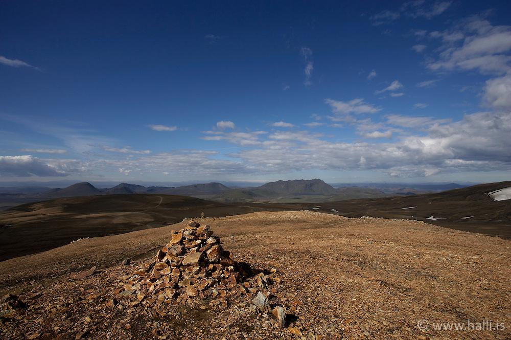 Milestones in the highlands of Iceland - Steinvörður á hálendi Íslands á leið í Hrafntinnusker