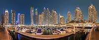 Atemberaubender Blick auf die höchsten Wolkenkratzer in Marina von Dubai bei Nacht