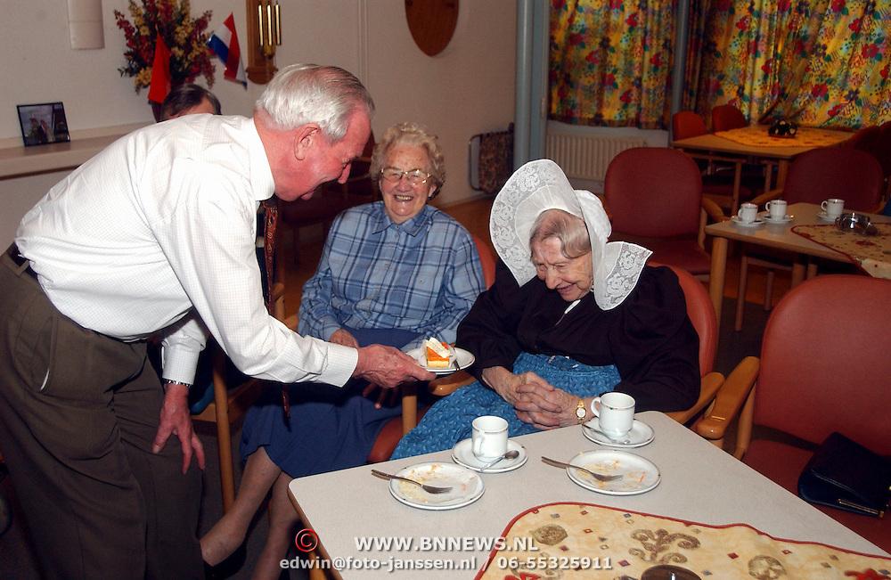 Bewoners bejaardentehuis Vooranker Huizen krijgen oranjegebak ivm huwelijk Willem - Alexander en Maxima