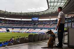 10.06.2016, Parc de Princes, Paris, FRA, UEFA Euro, Frankreich, Frankreich vs Rumaenien, Gruppe A, Vorbericht, im Bild ein Polizist mit einem Sprengstoff Spürhund // a police officer with an explosive detection dog before Group A match between France and Romania of the UEFA EURO 2016 France at the Parc de Princes in Paris, France on 2016/06/10. EXPA Pictures © 2016, PhotoCredit: EXPA/ JFK