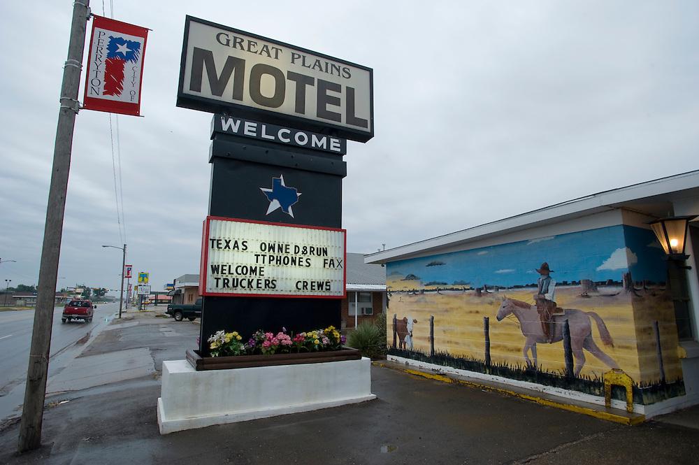 in Motel mit texanischer Wandmalerei auf der Main Street..Die Republikaner-Hochburg Perryton /  Texas..© Stefan Falke