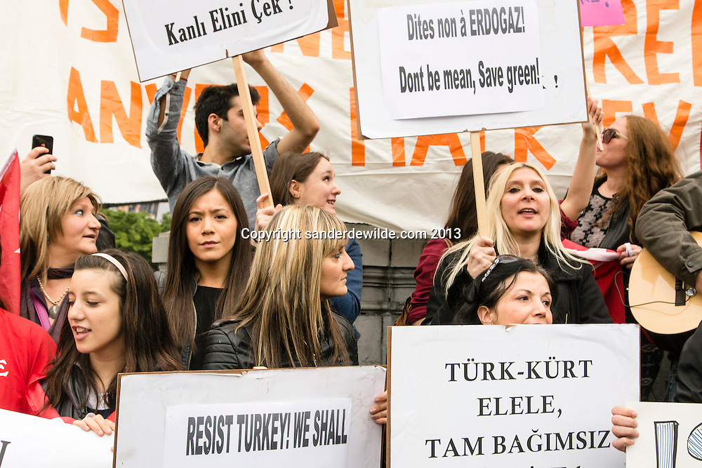 Brussel 1st  Juni 2013. A few hundred Turkish Belgiums protested at the European Parliament against Turkish prime minister Erdogan and the use of gas against demonstrators in Istanbul.Turkish women with turkish slogans