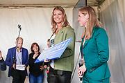 UTRECHT, THE NETHERLANDS. 2017, MAY 13. Dafne Schippers en wethouder Lot van Hooijdonk bij de opening van de Dafne Schippersbrug.