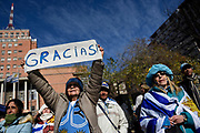 20180706/ Nicolas Celaya - adhocFOTOS/ URUGUAY/ MONTEVIDEO/ INTENDENCIA/ Aficionados observan el partido Uruguay vs Francia en la explanada de la Intendencia, Montevideo.<br /> En la foto: Aficionados observan el partido Uruguay vs Francia en la explanada de la Intendencia, Montevideo. Foto: Nicol&aacute;s Celaya /adhocFOTOS