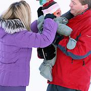 AUT/Lech/20080210 - Fotosessie Nederlandse Koninklijke familie in lech Oostenrijk, prins Willem-Alexander met partner prinses Maxima en een huilende Ariane